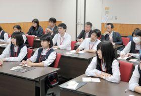 リーフレット作りのため、薬物依存について学ぶ高松工芸高の生徒ら=香川県高松市、四国厚生支局麻薬取締部