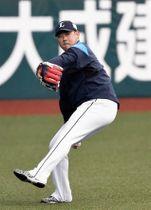 遠投する西武・松坂(撮影・冨永豊