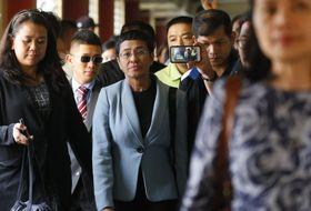 フィリピン・マニラの裁判所で、保釈手続きに向かうジャーナリストのマリア・レッサ氏(中央)=14日(AP=共同)