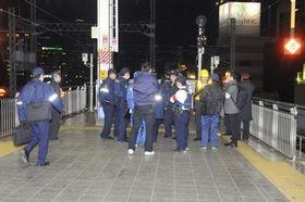 岡山駅の新幹線ホーム付近を調べる警察官ら=20日午後5時50分