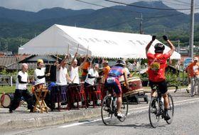 友田地区での太鼓などのにぎやかな応援に、手を上げて応える選手