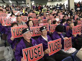 三塁側スタンドから声援を送る「いわて・菊池雄星応援団」=21日、東京ドーム