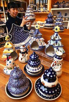 絵柄が特徴的なポーランド陶器のクリスマス飾り。毎年完売するという=神戸市中央区元町通1