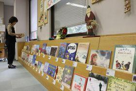 世界のクリスマスにまつわる多彩な絵本が並ぶ(京都市左京区・市国際交流会館)