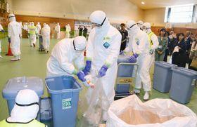 高病原性鳥インフルエンザの発生に備えて行われた、殺処分などの初動対応訓練=10日午後、青森県田子町