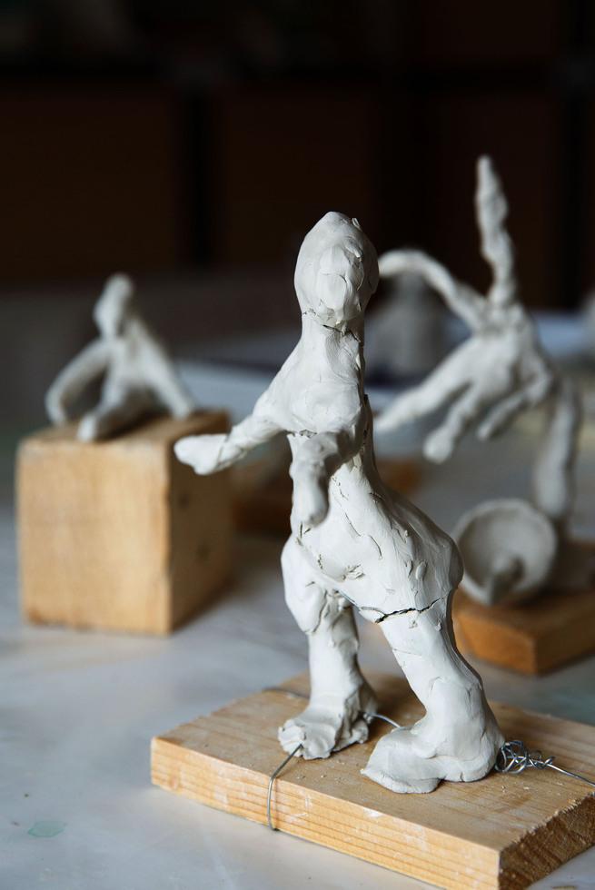 施設の入居者が作成した粘土細工。失われゆく記憶を頼りに人の形を作り上げた=パリ郊外(撮影・澤田博之、共同)