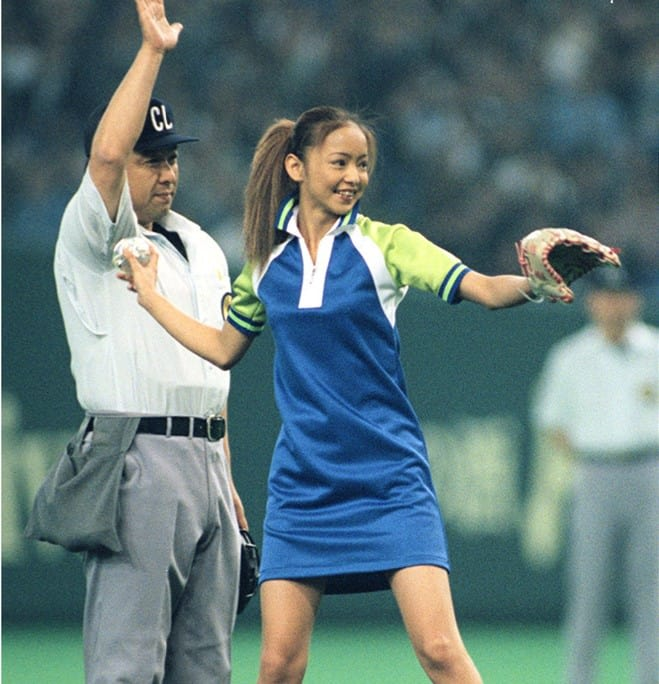 プロ野球セ・リーグ開幕第1戦の巨人―ヤクルト戦で、満員の観衆が見守る中、始球式に登場した安室奈美恵さん=1997年4月4日午後、東京ドーム