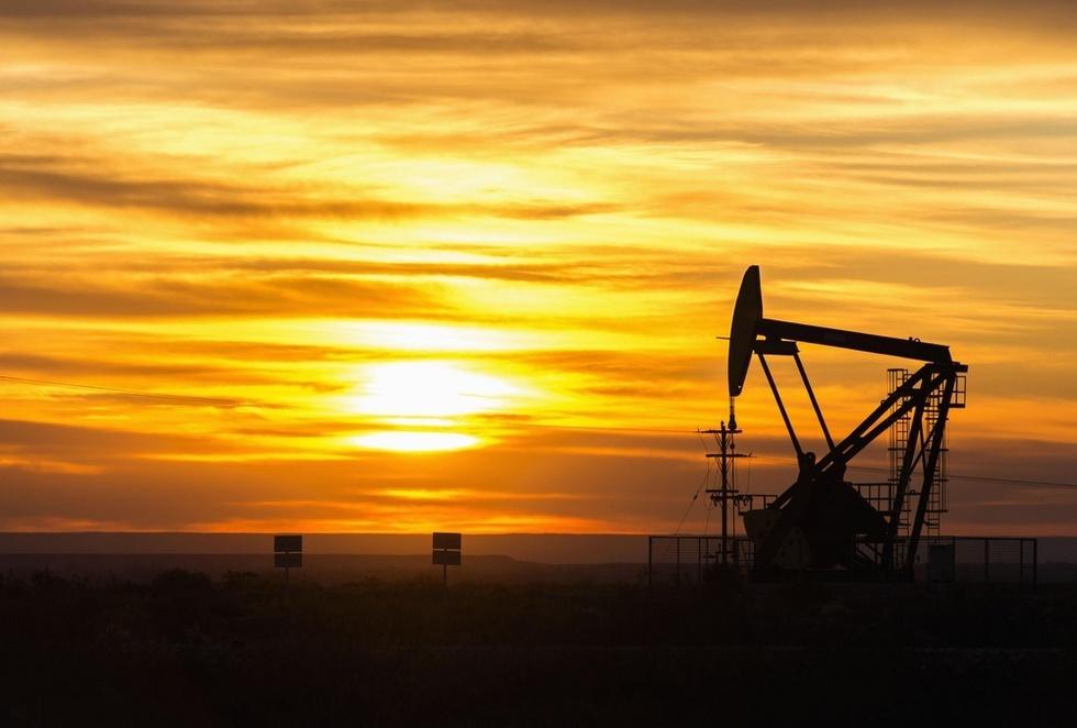 石油会社が開発を進める荒野で稼働する採油ポンプ。作業は24時間続けられている=アルゼンチン中西部アニェロ郊外(撮影・村山幸親、共同)
