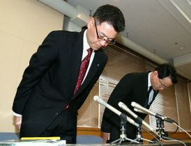 会見の冒頭で謝罪する県警の工藤秀幸首席監察官(左)と仲井重治監察課長=22日午後、県庁