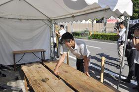 撤去される献花台=26日午前、京都市伏見区