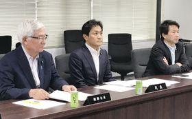 国民民主党の総務会に臨む玉木代表(中央)=21日午後、東京・永田町の党本部