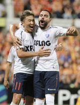 清水―FC東京 前半、ゴールを決め、ディエゴオリベイラ(右)と喜ぶFC東京・永井=アイスタ