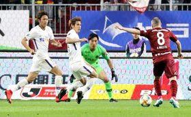 FC東京との首位攻防戦でポイントとなる、吉野(左端)や佐々木(左から2人目)ら広島守備陣(14日の神戸戦)