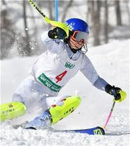 高校女子回転 他を圧倒する滑りで優勝した市村(嬬恋)=ホワイトワールド尾瀬岩鞍