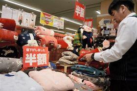 ブランケットなど冬物の売り場。値下げをしても売れ行きは厳しいという=21日、熊本市中央区