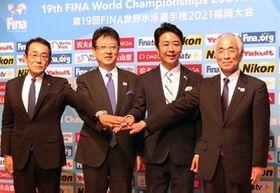 世界マスターズ水泳選手権の成功を誓う高島宗一郎福岡市長(右から2番目)や大西一史熊本市長(同3番目)ら