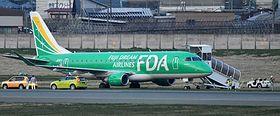 滑走路を外れ、植栽帯に停止したフジドリームエアラインズ機=23日午後6時17分、東根市・山形空港