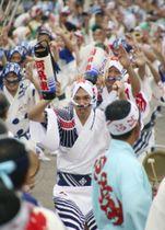 「総踊り」を披露する踊り子たち=24日午後、徳島市