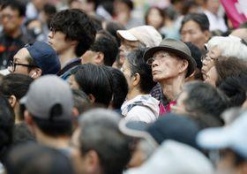 街頭演説に耳を傾ける有権者ら=19日午後、東京・新橋