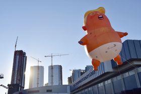 米ロサンゼルスの空に登場した「ベビー・トランプ」の巨大風船=19日(共同)