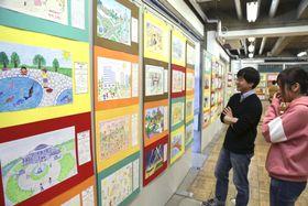 「南北コリアと日本のともだち展」に並ぶ日本や韓国、北朝鮮などの子どもたちの絵=7日午後、東京都千代田区