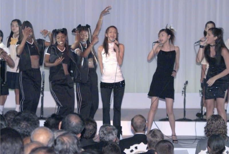 G8首脳らの前でサミットのイメージソングを披露する歌手の安室奈美恵さん(前列右から3人目)ら=2000年7月22日午後8時、那覇市内のホテル(代表撮影)