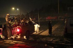20日、アフガニスタン・カブールで、襲撃された「インターコンチネンタルホテル」近くを警戒する治安部隊(AP=共同)