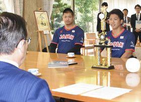 大村知事(左)に成績を報告する松田さん(右)と大橋さん=県公館で