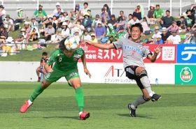 【八戸―熊本】後半24分、八戸のFW上形洋介(9)がヘディングシュートを決め1―1の同点とする=ダイハツスタジアム