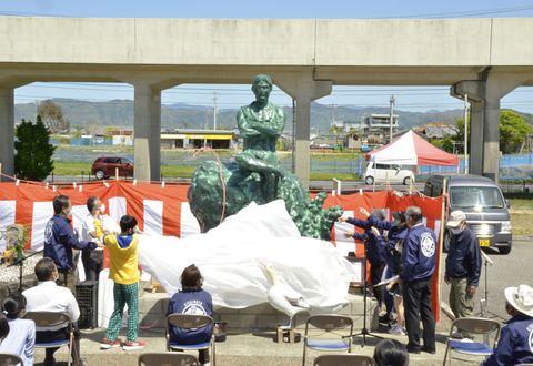 新装された長平像が披露された没後200年祭(香南市香我美町岸本)