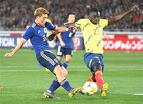 日本―コロンビア 前半、ゴールを狙う堂安(左)=日産スタジアム