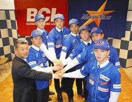 新シーズンに向け意気込む新入団選手たち=金沢市内のホテルで