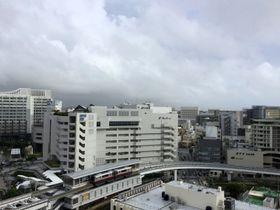 雲の隙間から青空が見える、午後5時30分ごろの那覇市内。
