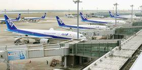 羽田空港に駐機する全日空機=2016年