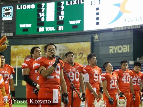 オール三菱に辛勝し、観客に挨拶をするLIXILの丸田主将=撮影:Yosei Kozano、25日、東京ドーム