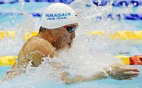 〈競泳成年男子100メートル平泳ぎ決勝〉大会新で2年ぶりに頂点に立った小関也朱篤(ミキハウス・羽黒高出)=ひたちなか市・山新スイミングアリーナ