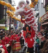 ダイナミックな獅子舞の演技が観光客を喜ばせた=横浜中華街