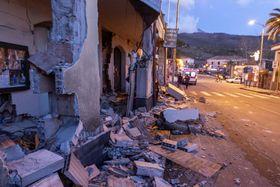26日、イタリアのシチリア島で、エトナ山噴火による地震で崩れた住宅(AP=共同)