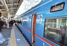 JR御殿場駅に到着した「ふじさん」の1号列車=17日午前、御殿場市