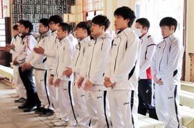必勝祈願に臨む真正ジムの久保隼(前列右端)ら=神戸市中央区、湊川神社