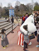 ムーミンバレーパークで子どもとふれあうムーミンママ=16日午後、埼玉県飯能市