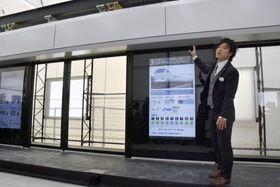 新型ホームドアについて説明する担当者=19日、兵庫県尼崎市