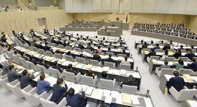 「子どもを受動喫煙から守る条例」を可決、成立した東京都議会本会議=5日午後
