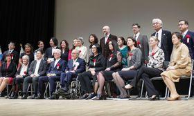 4月、熊本市で開かれた赤ちゃんポスト運営者らの国際シンポジウムで集合写真に納まる参加者