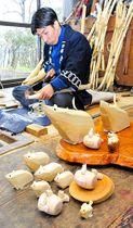 伝統の笹野一刀彫でネズミの置物を作る戸田賢太郎さん=米沢市笹野本町