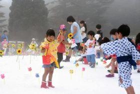 人工雪の広場で宝探しを楽しむ子どもたち=神戸市灘区六甲山町