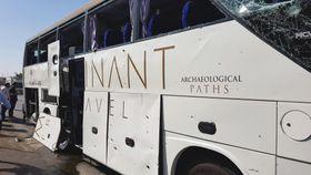 19日、エジプトの首都カイロ近郊で、爆発の影響で窓ガラスが割れたバス(ロイター=共同)
