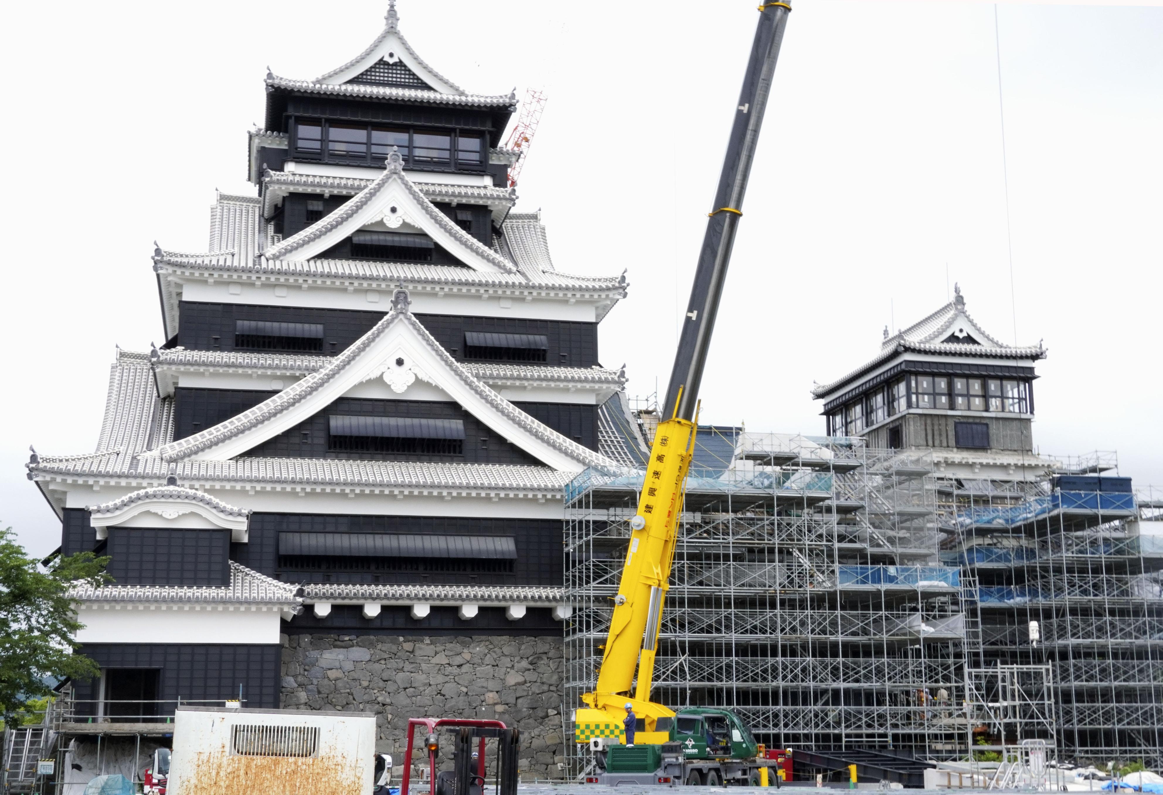 復旧工事中の熊本城=1日午前、熊本市