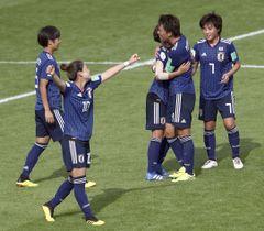 イングランドを下し決勝進出を決め、喜ぶ日本イレブン=バンヌ(ゲッティ=共同)