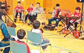 キーボードやカホンなどで演奏するあとりえたのメンバー